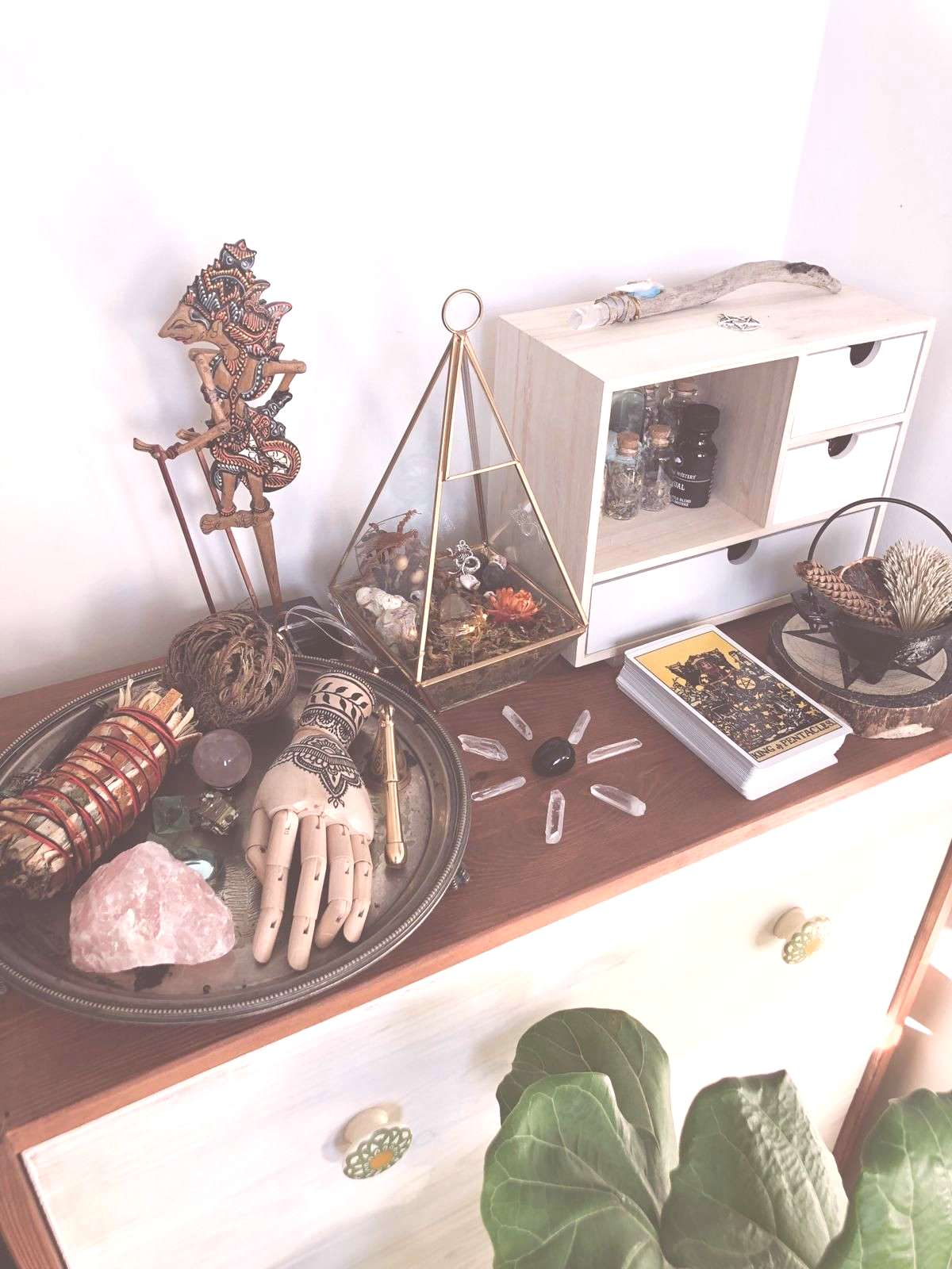 witchcraft aesthetic | witch altar | witch aesthetic | wicca | crystal | quartz | pagan | witch cab
